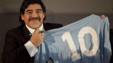 نابولي يحيي ذكرى مارادونا بقميص خاص ورباعية في شباك الذئاب