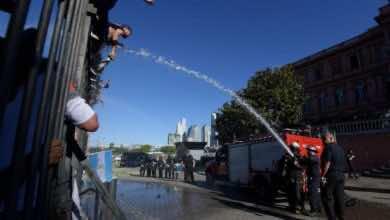 محبو مارادونا يقتحمون القصر الرئاسي الأرجنتيني لإلقاء نظرة الوداع