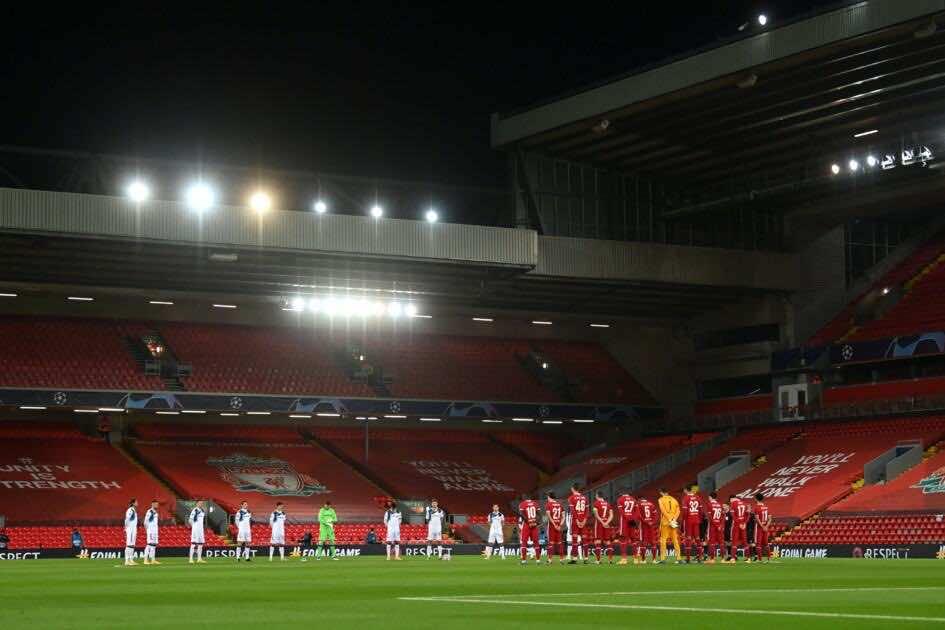 وقوف لاعبي ليفربول واتلانتا دقيقة حداد بعد رحيل دييجو مارادونا
