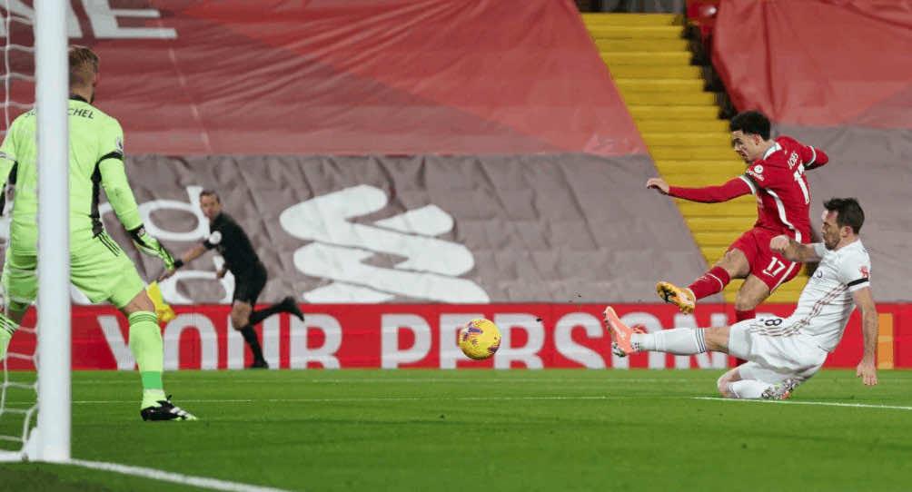 كورتيس جونز يهدر هدفًا في مباراة ليفربول وليستر سيتي