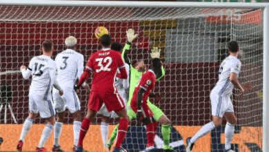 جوني ايفانز يسجل هدف بالخطأ في مرماه خلال مباراة ليستر سيتي وليفربول في الدوري الانجليزي