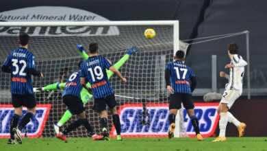 """لحظة تسجيل لاعب يوفنتوس """"كييزا"""" هدفا فى شباك اتلانتا بالدوري الايطالي (صور:AFP)"""