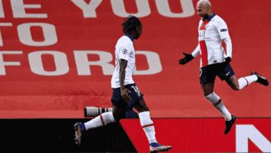 مهاجم باريس سان جيرمان نيمار يحتفل مع مويس كين بالفوز على مانشستر يونايتد في دوري ابطال اوروبا