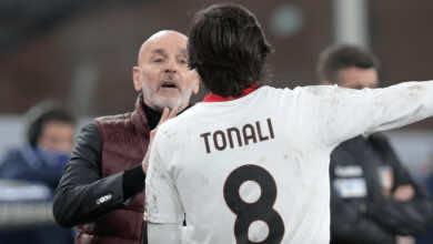 بيولي يتحدث مع تونالي اثناء مباراة ميلان وجنوى