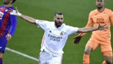 كريم بنزيمة يسجل في مباراة ريال مدريد وايبار في الدوري الاسباني 2021/2020 - صور AFP