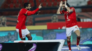 كهربا يحتفل مع علي معلول في مباراة الاهلي والانتاج الحربي في الدوري المصري 2021/2020