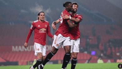 بيساكا يحتفل مع برونو فيرنانديز وكافاني بهدف في مباراة مانشستر يونايتد وساوثامبتون في الدوري الانجليزي 9-0