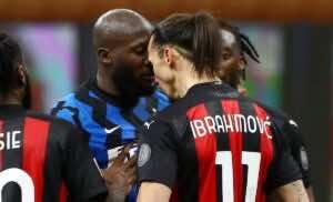 صدام إبراهيموفيتش وروميلو لوكاكو في آخر مباراة جمعت الفريقين (صورة: Getty)