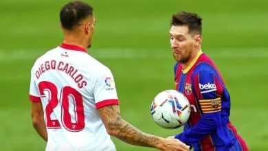 ميسي يحاول مراوغة دييجو كارلوس في مباراة برشلونة واشبيلية بمنافسات الدوري الاسباني عام 2021