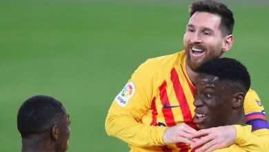 ميسي يحتفل مع موريبا بالهدف الثاني لصالح برشلونة امام اوساسونا في الدوري الاسباني