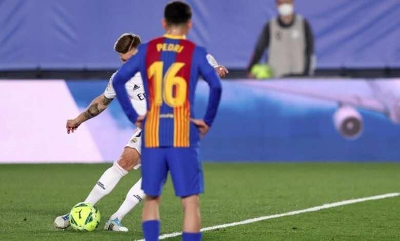 أول هدف يسجله توني كروس في مسيرته بمباريات الكلاسيكو بعد مشاركته في 17 مباراة مع ريال مدريد أمام برشلونة - صور AFP