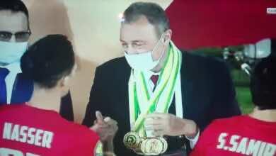 صور | لاعبو الاهلي يُتوجون محمود الخطيب بجميع ميداليات كأس السوبر الافريقي