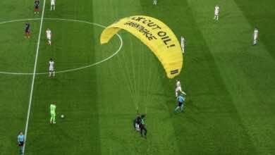 يورو 2020 | فيديو سقوط مشجع بـ الباراشوت في ملعب آليانز آرينا أثناء مباراة المانيا وفرنسا!
