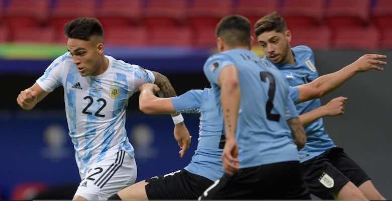 لاوتارو مارتينيز وديجو جودين في مباراة الارجنتين واوروجواي في كوبا امريكا 2021