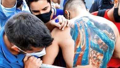 صورة | ميسي يفي بوعده مع مشجع برازيلي ويوقع على ظهره بسبب وشم