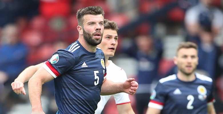 مدافع اسكتلندا يراقب تسديدة لاعب جمهورية التشيك باتريك شيك التي سقطت من فوق الحارس ديفيد مارشال في يورو 2020