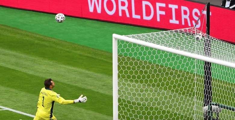 حارس مرمى أسكتلندا ديفيد مارشال يتلقى هدفًا مذهلاً من باتريك شيك في يورو 2020