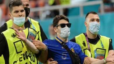 بالصور | الانتقام يدفع مشجع روماني لاقتحام مباراة فرنسا وسويسرا وتوجيه اشارات خارجة - صور Getty