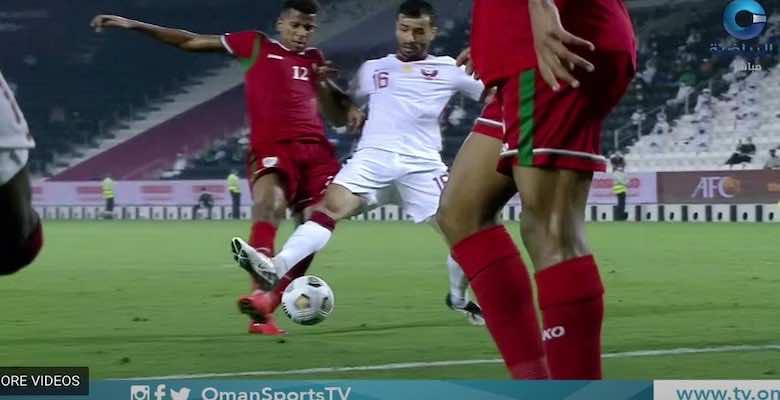 """فضائح تحكيمية """"جنونية"""" تنصر قطر على عمان في تصفيات كأس العالم 2022"""