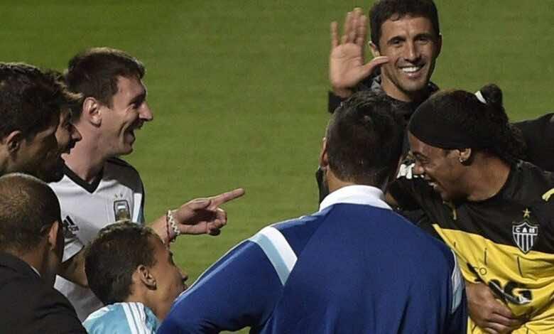 قبل تجديد عقده.. رونالدينيو يحذر ميسي