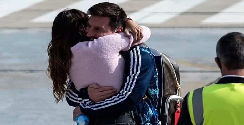 ميسي يعانق زوجته انتونيلا