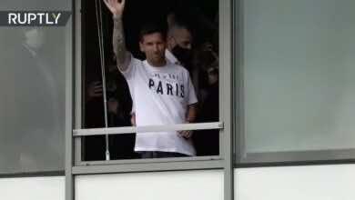 صور وصول ميسي إلى باريس وارتداء قميص باريس لتحية جمهور باريس سان جيرمان - صور Tv