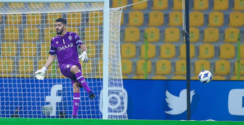 حارس الهلال محمد العويس يمرر الكرة على طريقة النجم البرازيلي رونالدينهو
