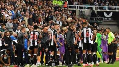 أزمة صحية لأحد المشجعين تتسبب في إيقاف مباراة نيوكاسل وتوتنهام في الدوري الانجليزي