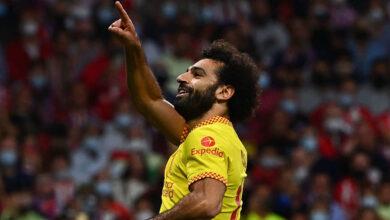 بالفيديو: محمد صلاح يرمى الكرة بملعب إدارة ليفربول ويؤكد رغبته بالاستمرار في أنفيلد روود